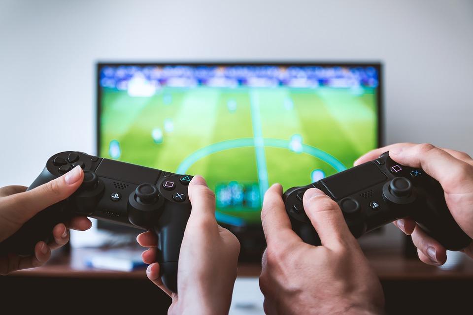 Två personer spelar FIFA 19 på playstation 4 spel